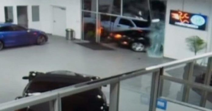 Видео: в США угонщики протаранили двери автосалона на Bentley Continental GT