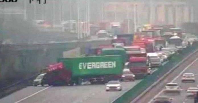 Теперь и на суше: фура с надписью Evergreen перегородила дорогу в Китае